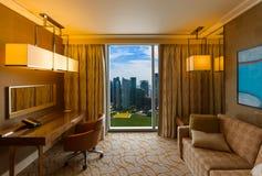 Chambre d'hôtel et vue de Singapour photographie stock
