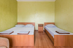 Chambre d'hôtel triple de budget images stock