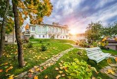 Chambre dans le jardin d'automne Image libre de droits