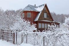 Chambre (datcha) dans la campagne en hiver. La Russie. Photo libre de droits