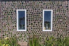 Chambre de bouteille, mur et deux fenêtres Images stock
