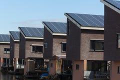 Chambre de famille avec les panneaux solaires Image libre de droits