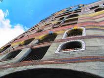 Chambre de Hundertwasser à Darmstadt, Allemagne avec le ciel bleu photographie stock