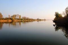 Chambre de lac en Autumn Reflecting en rivière image libre de droits