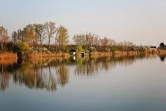 Chambre de lac en Autumn Reflecting en rivière tranquille photos stock