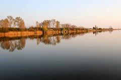 Chambre de lac en Autumn Reflecting en rivière tranquille photos libres de droits