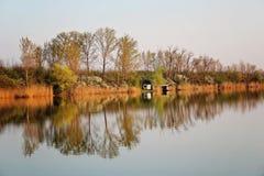 Chambre de lac en Autumn Reflecting en rivière tranquille images libres de droits