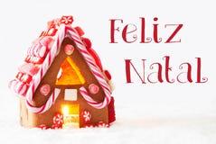 Chambre de pain d'épice, fond blanc, Feliz Natal Means Merry Christmas Photographie stock libre de droits