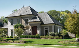 Chambre de pierre et de stuc avec le toit d'ardoise Photographie stock libre de droits