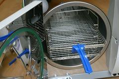 Chambre de stérilisateur de vide avec l'outil de dépose d'armoire image stock