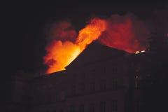 Chambre de toit sur le feu la nuit Photographie stock
