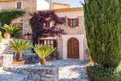 Chambre de ville attrayante, Pollensa, Majorque Image stock