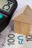 Chambre des blocs en bois et de l'argent polonais avec la calculatrice sur le dessin de construction, concept de maison de bâtime Photographie stock libre de droits