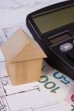 Chambre des blocs en bois et de l'argent polonais avec la calculatrice sur le dessin de construction, concept de maison de bâtime Image libre de droits
