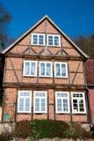 Chambre des murs de briques rouges avec des fenêtres Photographie stock libre de droits