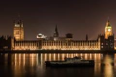 Chambre du Parlement la nuit à Londres Photos libres de droits