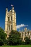 Chambre du Parlement vue de Victoria Tower Gardens Photographie stock libre de droits