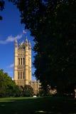 Chambre du Parlement vue de Victoria Tower Gardens Photo stock