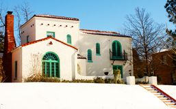 Chambre du sud-ouest colorée sur la colline dans la neige avec des étapes amenant à elle Photographie stock