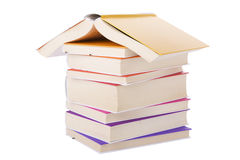Chambre effectuée avec des livres empilés Photographie stock