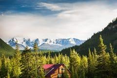 Chambre en bois dans les montagnes Altai, Russie Photographie stock libre de droits