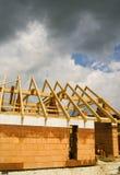 Chambre en construction avec le ciel orageux image libre de droits