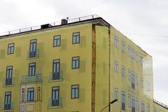 Chambre en cours de restauration - échafaudage caché derrière la façade fausse, répétant le décor du bâtiment image stock