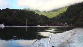 Chambre en montagnes avec une vue de lac et de bateau dans le Patagonia Argentine banque de vidéos