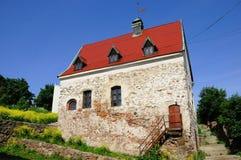 Chambre en pierre avec le toit rouge Image libre de droits