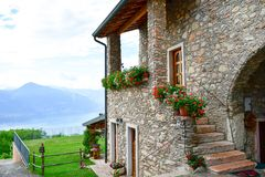 Chambre en pierre d'été en San Zeno di Montagna, Italie photos libres de droits