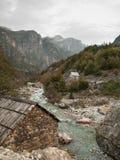 Chambre en pierre sur la rivière photos libres de droits