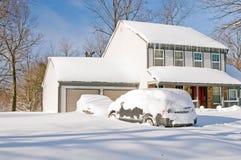 Chambre et véhicules après tempête de neige Photos stock