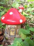 Chambre féerique de champignon rouge photo libre de droits