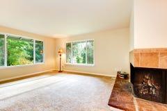 Chambre familiale bien aérée gentille avec la moquette et la cheminée images libres de droits