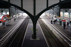 Chambre forte de toit et gare ferroviaire de Darmstadt de voies de chemin de fer Photographie stock libre de droits