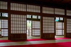 Chambre japonaise traditionnelle avec les portes de papier et le Tatami photographie stock