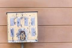 Chambre jaune de boîte aux lettres près de mur rose Image stock