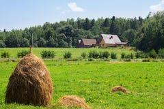Chambre, meule de foin, dans le domaine, village carpathien, Ukraine image stock