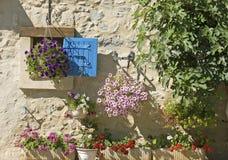 Chambre, obturateur bleu. La Provence. Photographie stock libre de droits