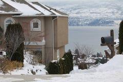 Chambre par le bord de lac pendant l'hiver Photos stock
