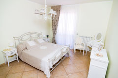 Chambre pour deux personnes dans le style blanc Photo libre de droits