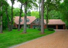 Chambre résidentielle américaine traditionnelle dans Woodeds image libre de droits