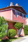 Chambre rose et arbres verts dans des Grimaud-Frances de port Image stock