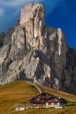 Chambre sous la roche, les dolomites, Italie Photos stock