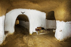 Chambre souterraine des trogladites dans le désert de la Tunisie Photographie stock libre de droits
