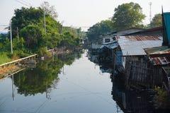 Chambre sur des échasses Vues des taudis de la ville de la rivière Photographie stock