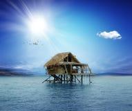 Chambre sur les échasses en bois au milieu de l'océan Photo libre de droits