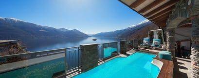 Chambre, terrasse avec la piscine photographie stock libre de droits