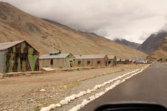 Chambres à côté de la route parmi des montagnes au ladakh de Leh images libres de droits