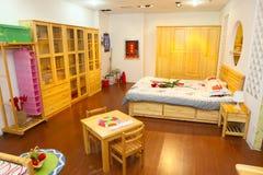 Chambres à coucher lumineuses et spacieuses Images libres de droits